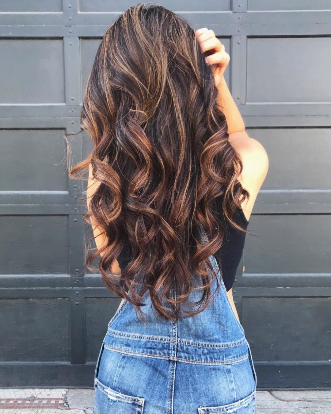 5 culori de păr care te vor întineri
