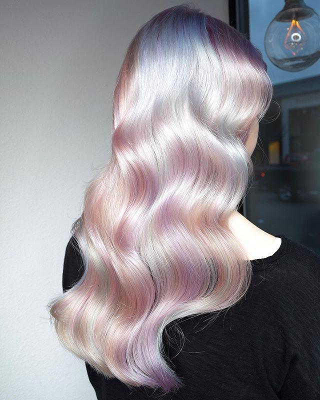 Cea mai nouă tendință în frumusețe pe Instagram: părul holografic (GALERIE FOTO)