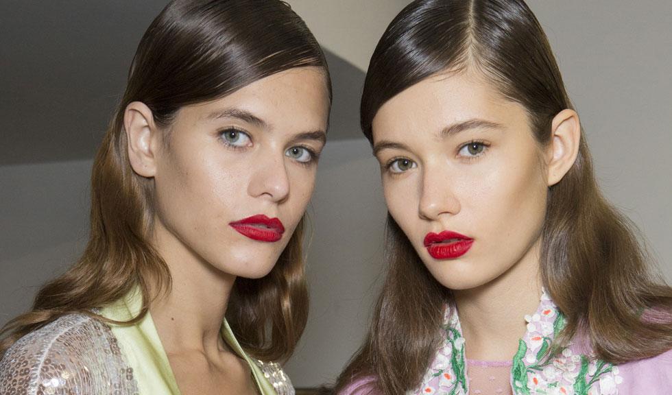 Cum să îți obișnuiești părul să nu se mai îngrașe repede, în 4 pași simpli