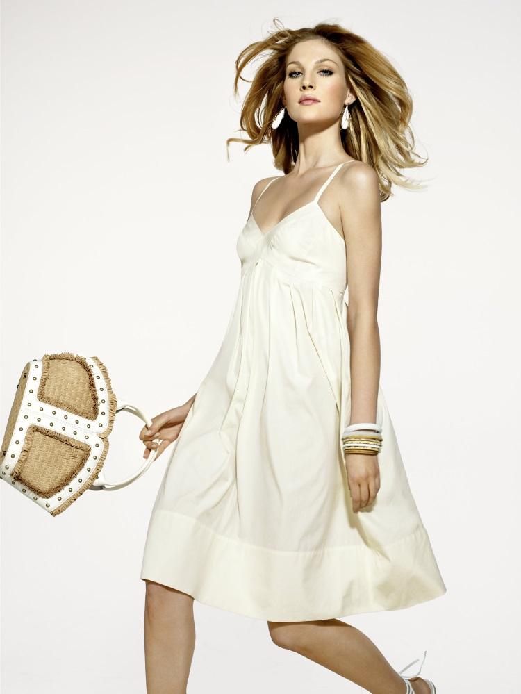 5 modele de rochii albe pentru vara 2018 - femeie in rochie alba