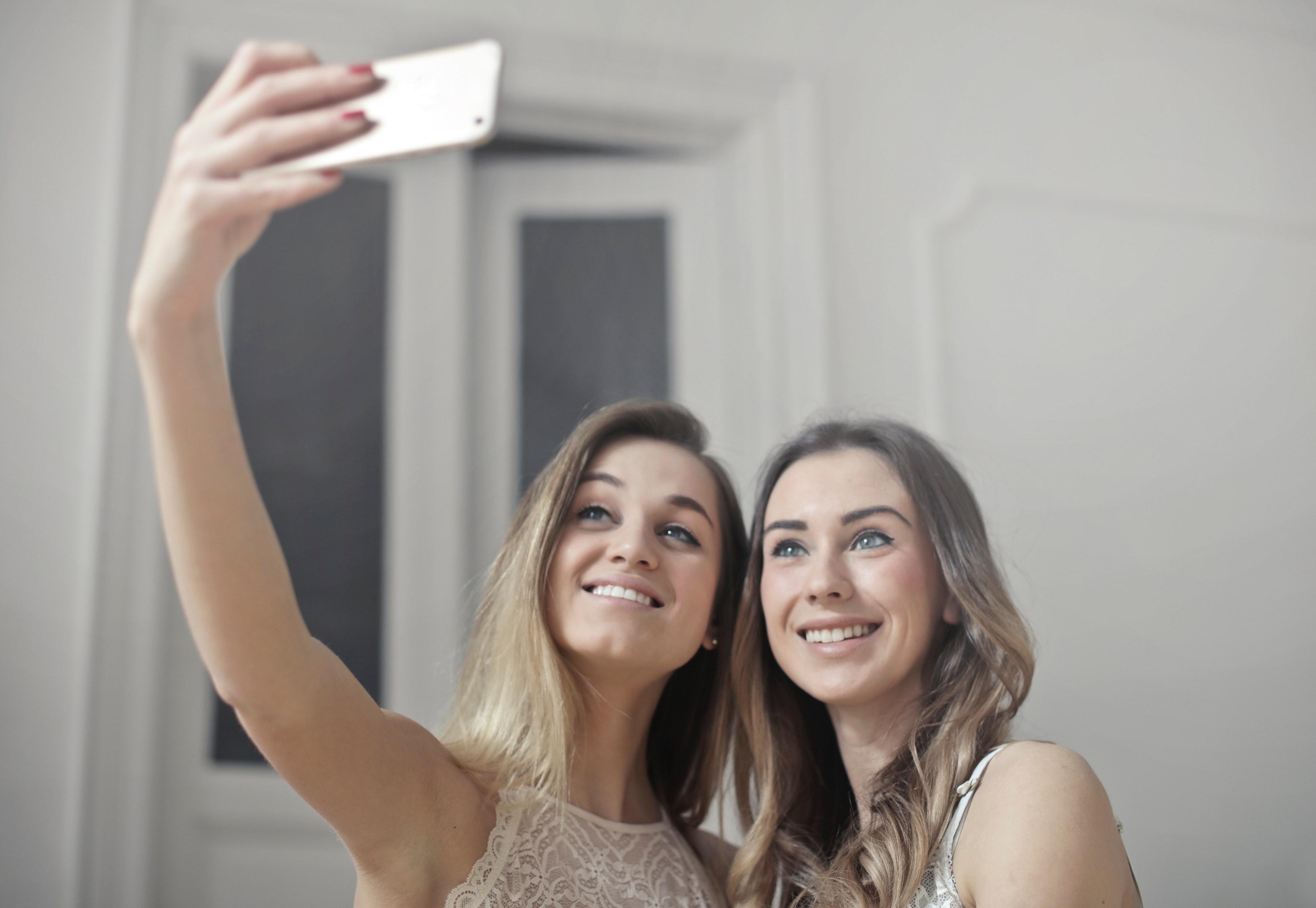 (P) Ce sunt fațetele dentare, cât costă și cum te pot ajuta să obții un zâmbet perfect?