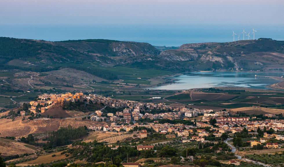 Acest idilic oraș din Sicilia vinde case la prețul de 1 euro