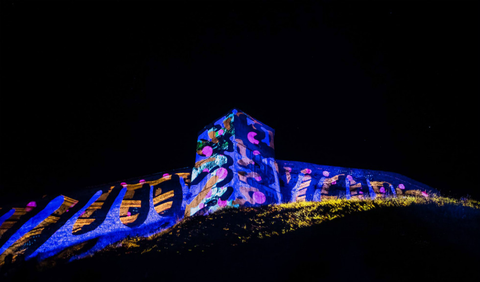 Aural Eye pictează cu lumină pe clădiri
